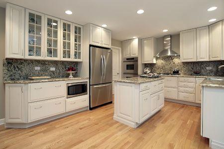 armario cocina: Cocina en casa suburbana con gabinetes color claro Foto de archivo