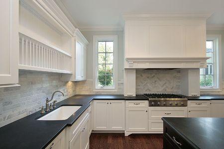 台所の黒いカウンター トップを備えたホーム新しい建設