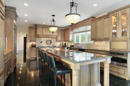 Keuken in de luxe huis met eiken houten kasten