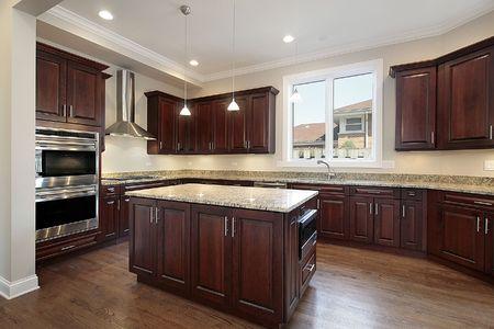azulejos cocina: Cocina en las nuevas construcciones de casa con gabinetes de madera cerezo Foto de archivo
