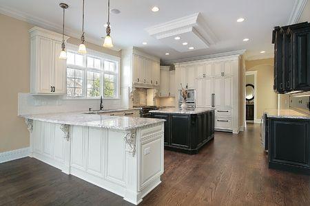 azulejos cocina: Cocina en las nuevas construcciones de casa con gabinetes blanco Foto de archivo
