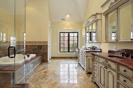 bathroom faucet: Ba�o principal en las nuevas construcciones de casa con gran ba�era  Foto de archivo