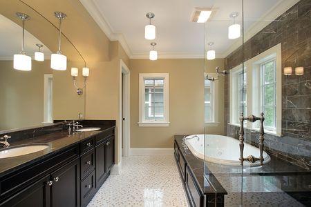 woonwijk: Master bad in nieuwbouw huis met glazen douche  Stockfoto