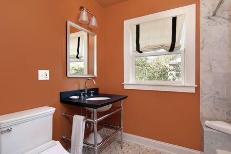 powder room: Sala de polvo en una casa suburbana con paredes de naranjas