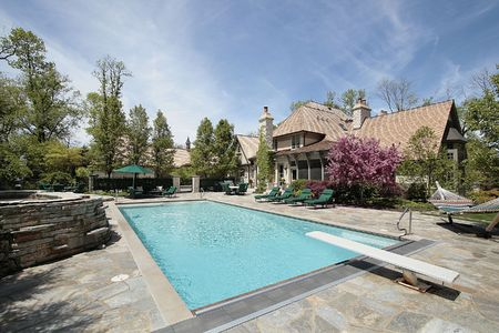 Zwembad en steen dek in mansion Stockfoto