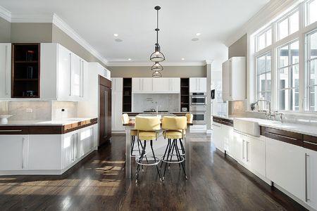 azulejos cocina: Cocina en casa con gabinetes blanco de lujo  Foto de archivo