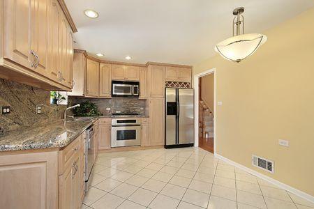 オークの木のキャビネットと郊外の家のキッチン 写真素材