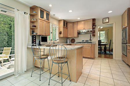 Küche mit Frühstücksbar und Terrasse anzeigen  Lizenzfreie Bilder - 6740083