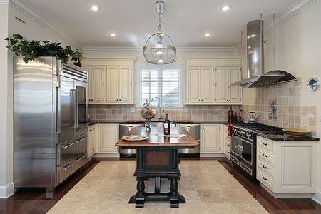 azulejos cocina: Cocina en casa con gabinetes color crema de lujo  Foto de archivo