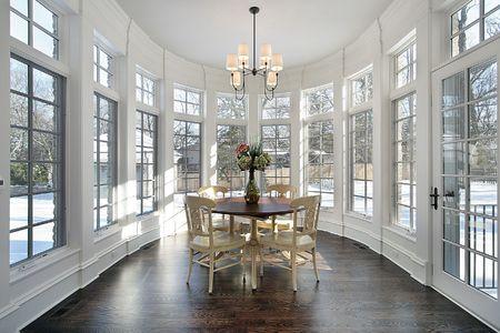 chambre luxe: Grande r�gion avec mur des fen�tres dans la maison de luxe de manger