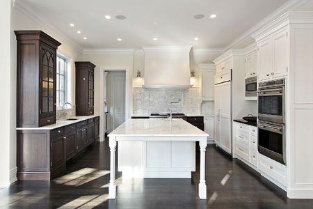 Keuken in nieuwbouwhuis met donkere en lichte houten kasten
