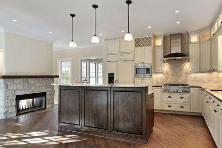 contadores: Cocina en casa con chimenea de piedra de nueva construcci�n  Foto de archivo