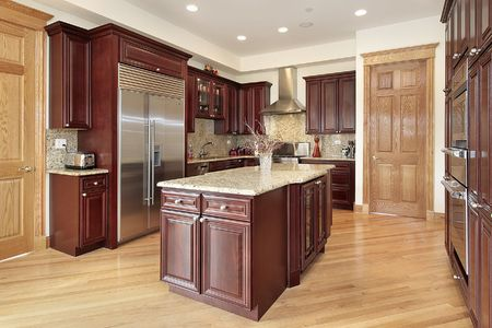 Keuken in luxe thuis met cherry wood cabinetry Stockfoto