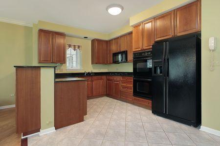 black appliances: Cucina in casa suburbana con apparecchi neri