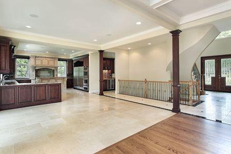 pavimento gres: Cucina nella nuova costruzione casa con vista Hall Archivio Fotografico