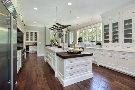 豪華な白いキャビネットと家の台所