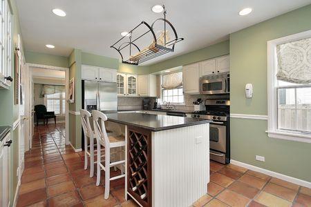 pavimento gres: Cucina in casa suburbana con pavimento in cotto tile Archivio Fotografico