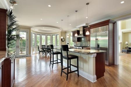 Keuken in luxe huis met gebogen eet plaats Stockfoto