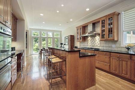 Keuken in luxe huis met dubbeldeks eiland Stockfoto