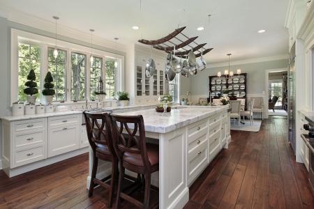 cuisine de luxe: Cuisine de luxe maison avec le �le de granit blanc