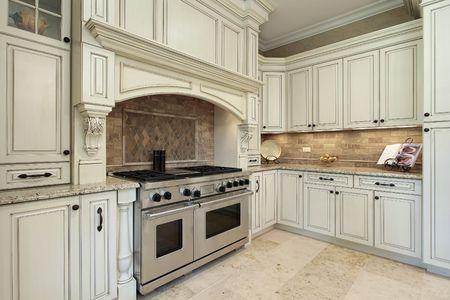 オークの木のキャビネットを持つ高級キッチンのクローズ アップ 写真素材