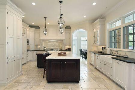 contadores: Cocina de lujo en casa suburbana con gabinetes blanco  Foto de archivo
