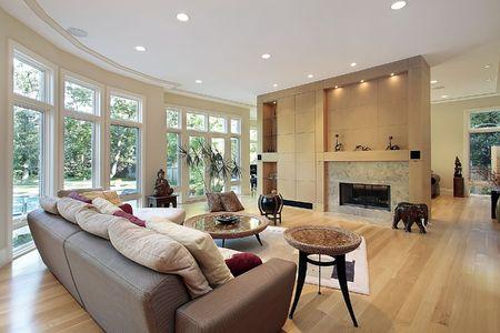 lighting fixtures: Sala de estar en casa con pared de ventanas de lujo Foto de archivo