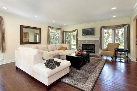 sala de estar: Sala de estar en casa con chimenea de piedra de lujo  Foto de archivo