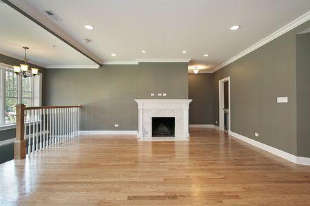 piso piedra: Sala de estar en condominios de lujo con barandilla blanca