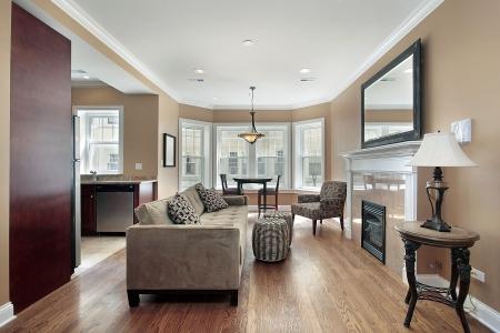 sala de estar: Sala de estar en la unidad de condominio remodelado con vista de cocina