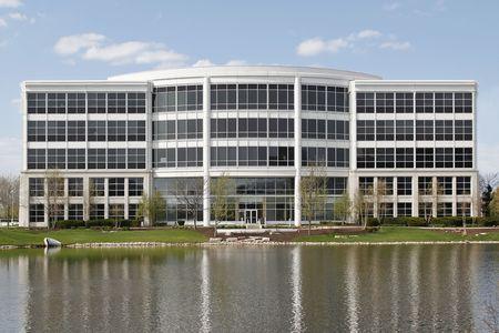 parking facilities: Edificio de oficinas en los suburbios con el lago en la parte trasera