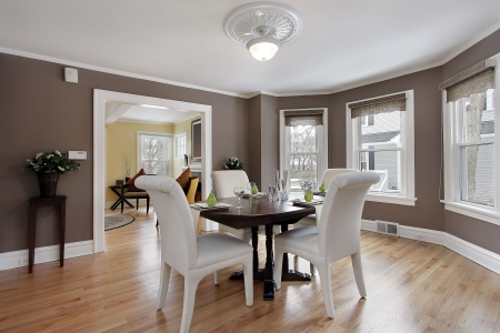 Dining room in suburban home with wall of windows Stockfoto