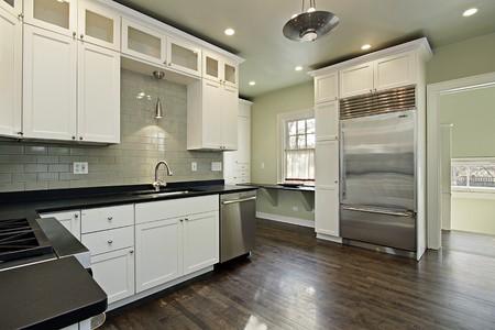 暗い木製の床と改装された家の台所