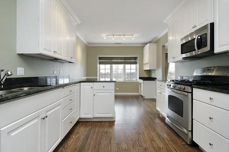 azulejos cocina: Cocina en casa remodelada con suelos de madera oscuras  Foto de archivo