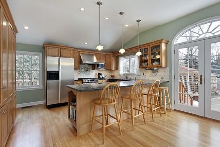 Keuken in moderne huis met deur naar het deck