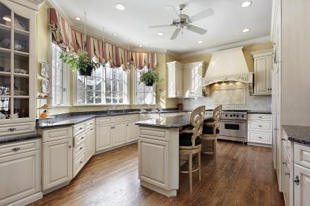 豪華な大理石の島の家の台所