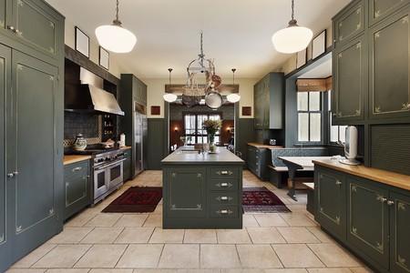 Grote keuken in luxe huis met groene kasten Stockfoto