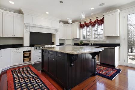大理石および木製の島と近代的な家のキッチン 写真素材