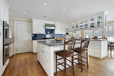 armario cocina: Cocina en casa moderna con la isla de gran centro  Foto de archivo