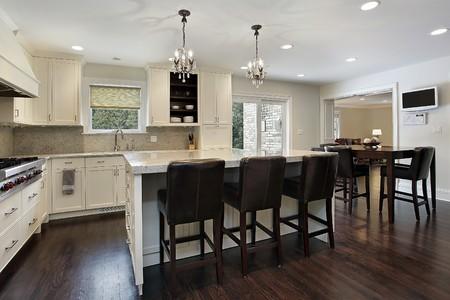 azulejos cocina: Cocina en casa con el centro de la gran isla de lujo