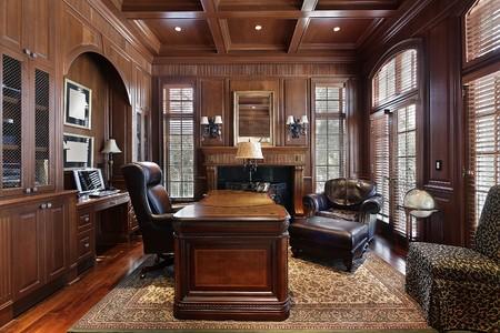 대형 책상이있는 고급 주택의 도서관