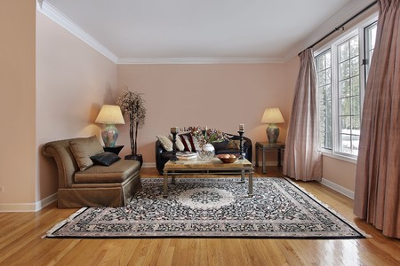 chambre luxe: Salle de s�jour dans le luxe maison avec des planchers de bois Banque d'images