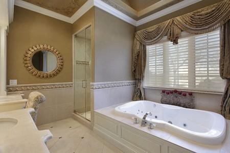 bathroom faucet: Ba�o principal en casa elegante con gran ba�era  Foto de archivo