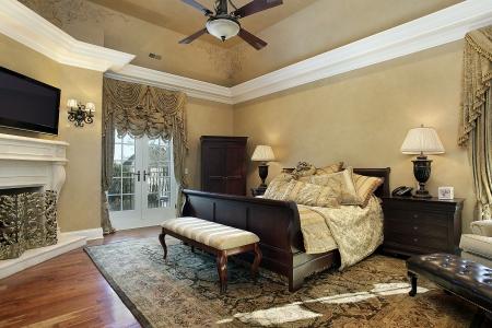 Slaap kamer in een elegant huis met open haard