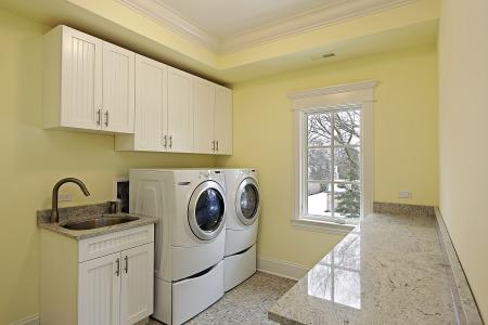 machine � laver: Salle de lavage dans le luxe maison avec grande laveuse et s�cheuse