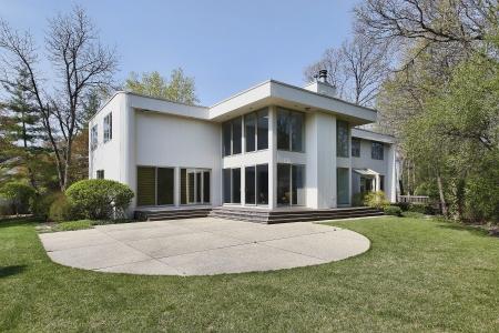 Achteraanzicht van hedendaagse huis met patio Stockfoto