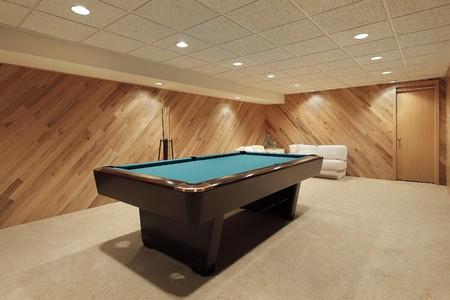 snooker room: Tavolo da biliardo in casa suburbana con boiserie