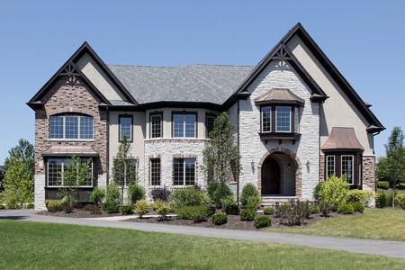Luxe steen en bak stenen huis met getoogd post  Stockfoto