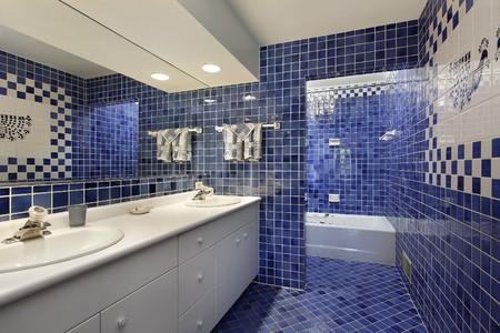 bathroom faucet: Ba�o en casa de lujo con azulejo azul