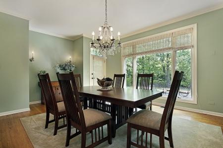 familia cenando: Comedor en la casa de lujo con paredes verdes